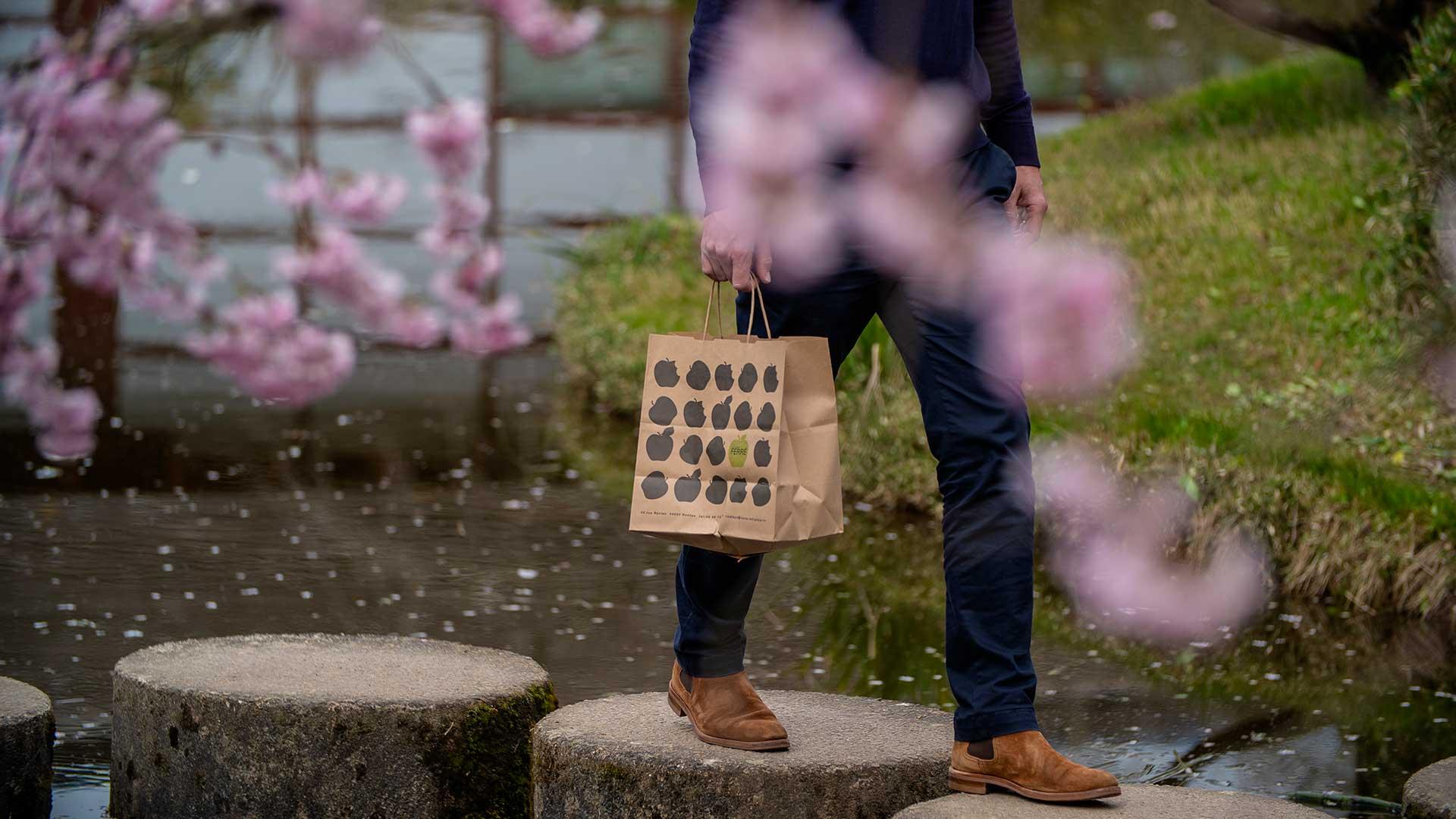 Pack-e paper carrier bag